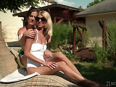 Experienced lesbian Missy Luv gives a good cunnilingus to sex-appeal make obsolete