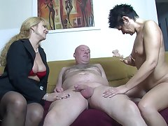 Unprofessional FFM threesome at home down two load of shit loving German sluts