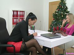 Lesbian coition during casting between agent Vanessa and Jenny Throbbing